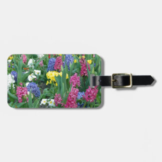 Flores coloridas de la primavera etiqueta para equipaje