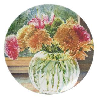 Flores coloridas en el florero del cristal tallado plato