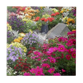 Flores coloridas en el parque de Skagway, Alaska Azulejo Cuadrado Pequeño