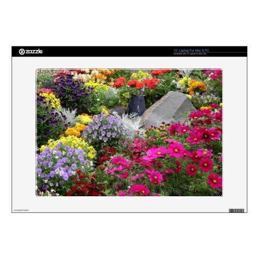 Flores coloridas en el parque de Skagway, Alaska Calcomanía Para 38,1cm Portátil