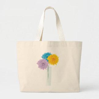 Flores coloridas en florero bolsas