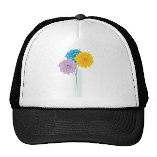 Flores coloridas en florero gorro