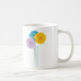 Flores coloridas en florero taza