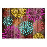 Flores coloridas en la madera rústica del granero  tarjeta de visita