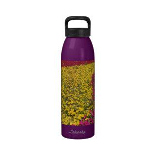 Flores coloridas en la primavera botella de beber