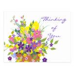 Flores coloridas que piensan en usted postal