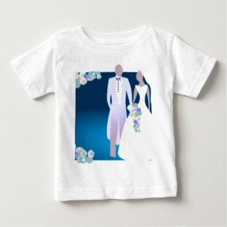 Flores con la novia y el novio playera de bebé