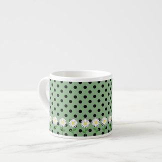 Flores con los lunares oscuros de la verde menta y taza espresso