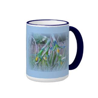 Flores de Bromeliad en azul Taza De Dos Colores