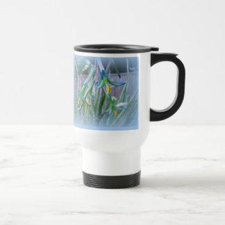 Flores de Bromeliad en azul Taza Térmica