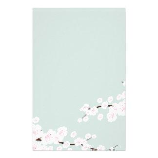 Flores de cerezo con el fondo de la verde menta papeleria de diseño