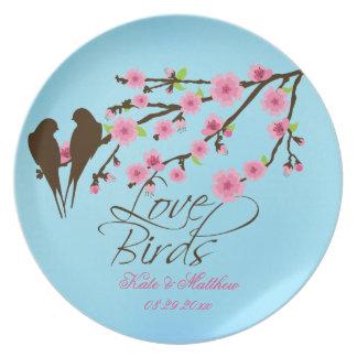 Flores de cerezo de los pájaros del amor personali platos