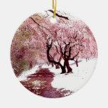 Flores de cerezo en el ornamento de la nieve adorno redondo de cerámica