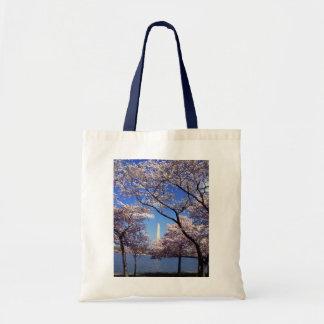 Flores de cerezo en la bolsa de asas de la lona de