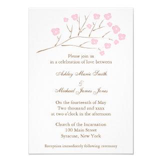 Flores de cerezo en la invitación rosada del boda