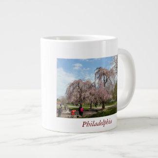 Flores de cerezo en Philadelphia Taza Grande