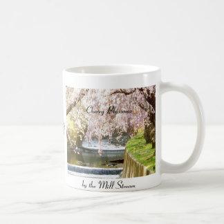 Flores de cerezo por la corriente del molino taza