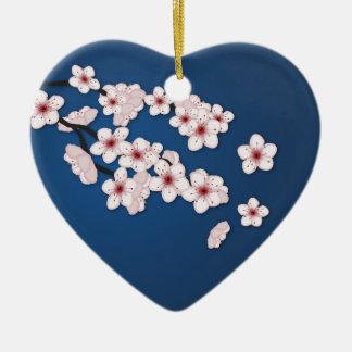 Flores de cerezo que caen adorno navideño de cerámica en forma de corazón