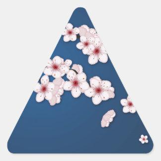 Flores de cerezo que caen pegatina triangular