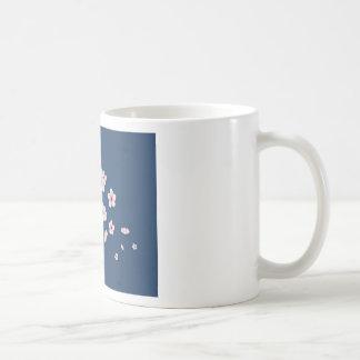 Flores de cerezo que caen taza