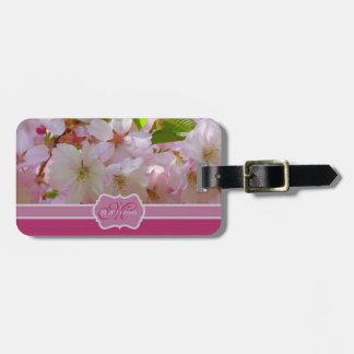 Flores de cerezo rosadas del monograma con las hoj etiquetas de equipaje