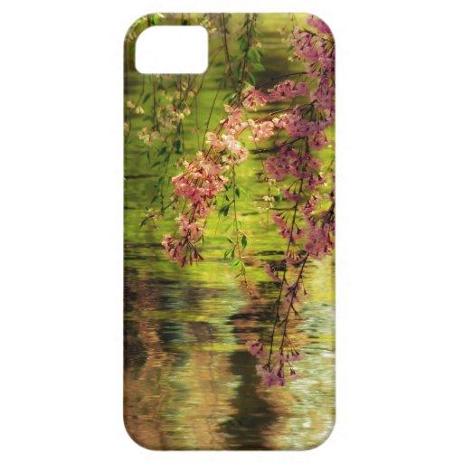 Flores de cerezo sobre una charca iPhone 5 carcasa