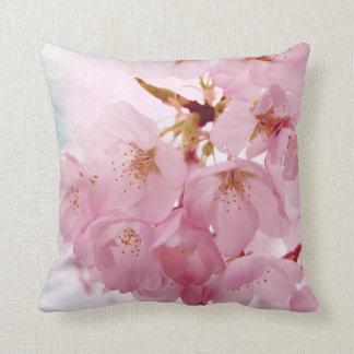 Flores de cerezo suaves del vintage cojín decorativo