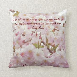 Flores de cerezo y abeja suaves románticas de los cojín