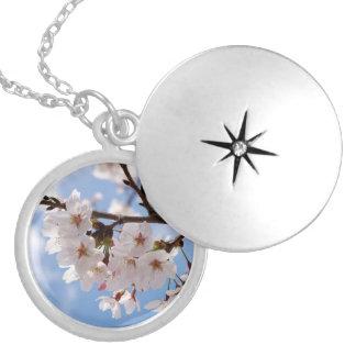 Flores de cerezo y cielo azul claro pendiente personalizado