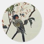 Flores de cerezo y pequeño pájaro pegatina redonda