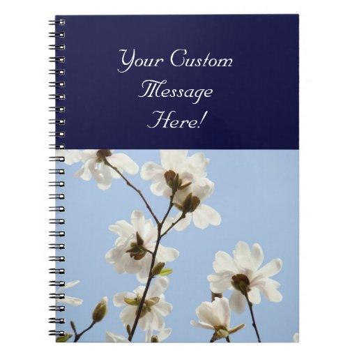 Flores de encargo de la magnolia del cielo azul de