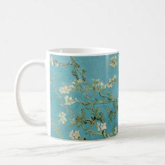Flores de la almendra de Vincent van Gogh Taza Básica Blanca