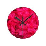 Flores de la azalea de las rosas fuertes reloj redondo mediano
