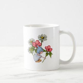 Flores de la cosecha del chica del gnomo, arte de taza básica blanca