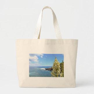 Flores de la costa y de la yuca en la floración bolsas de mano