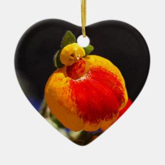 Flores de la flor del monedero de una señora adorno navideño de cerámica en forma de corazón