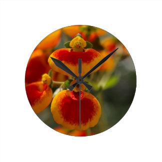 Flores de la flor del monedero de una señora reloj redondo mediano