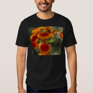 Flores de la flor del monedero de una señora remera
