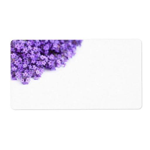 Flores de la lavanda en el fondo blanco etiquetas de envío