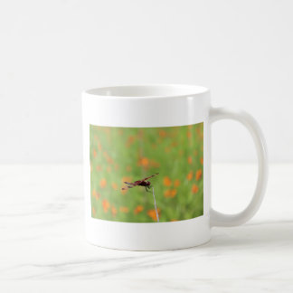 Flores de la libélula y del naranja taza de café
