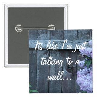 Flores de la lila y botón viejo de la pared pins
