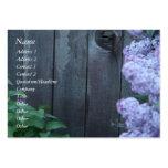 Flores de la lila y tarjeta de madera vieja del tarjetas de visita grandes