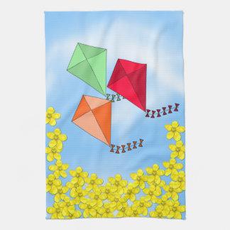 Flores de la mostaza y cometas y nubes toallas de mano