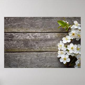 Flores de la primavera en el fondo de madera póster