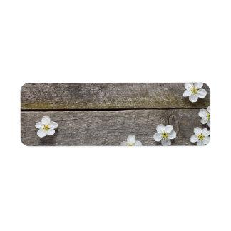 Flores de la primavera en la tabla de madera etiquetas de remite