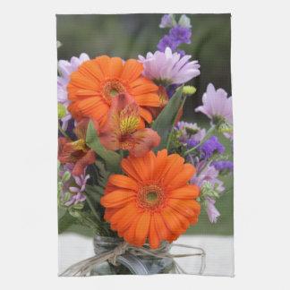 Flores de la primavera en un florero toallas
