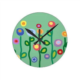 Flores de la primavera reloj redondo mediano