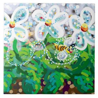 flores de la primavera y abeja feliz azulejo cuadrado grande