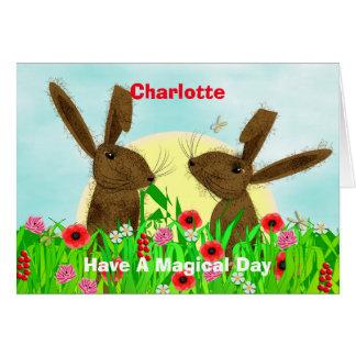 Flores de la primavera y liebres caprichosas de tarjeta de felicitación
