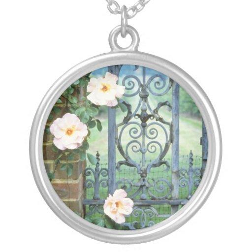flores de la puerta del rosa blanco y del hierro l grimpola personalizada